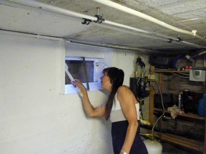Christel beim Malern des Kellers